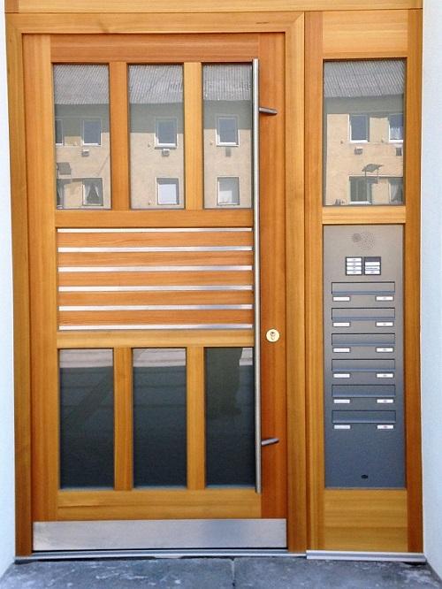 Haustüre in Lärche mit-Edelstahl Lisenen und Briefkastenanlage Detailansicht