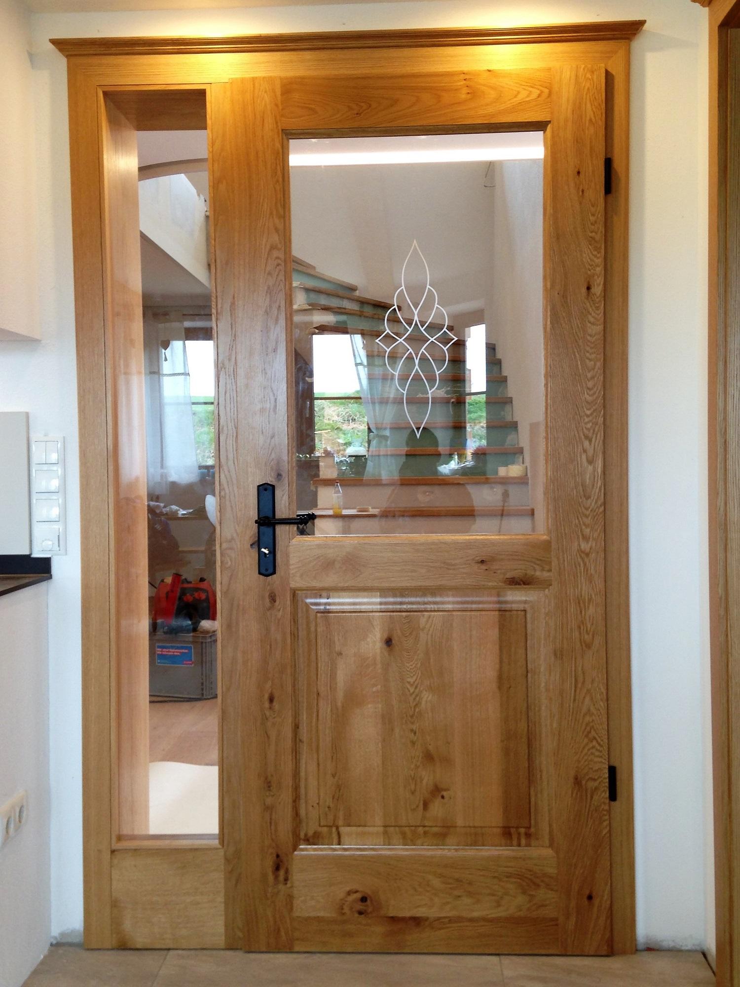 Zimmertür-Element in massiver Asteiche mit Füllung und sandgestrahltem Ornament