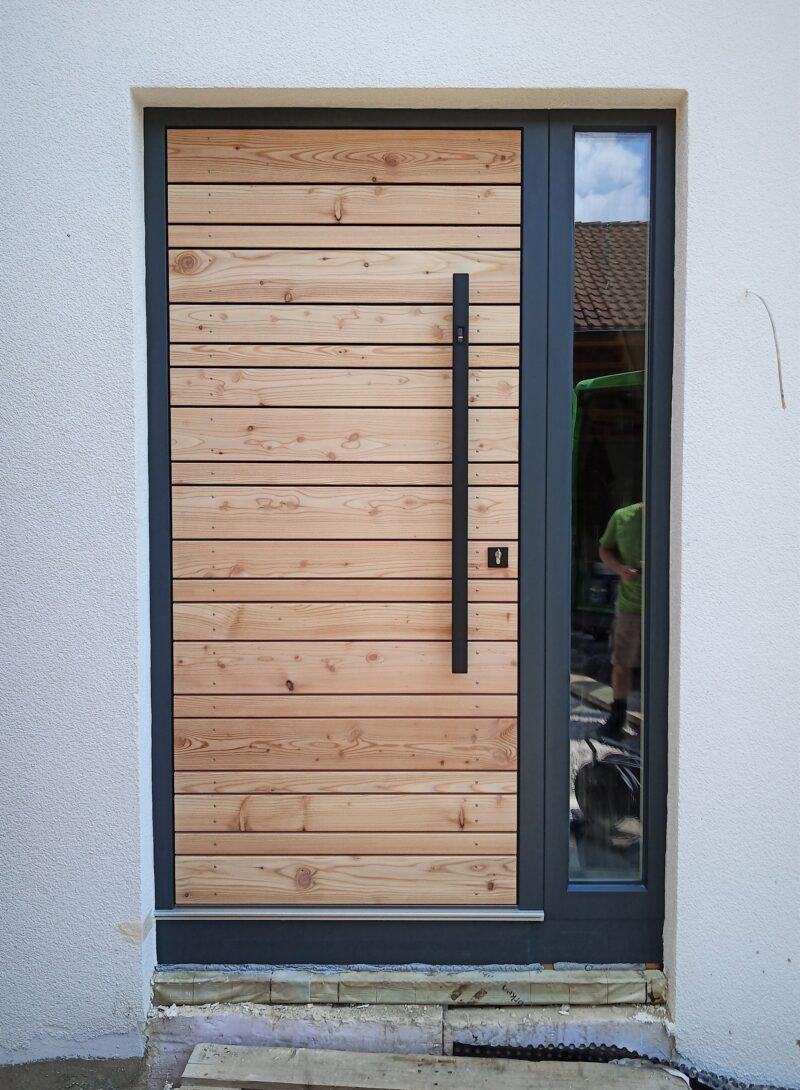Haustüre mit Lärche Brettern unbehandelt und anthrazit lackiertem Rahmen