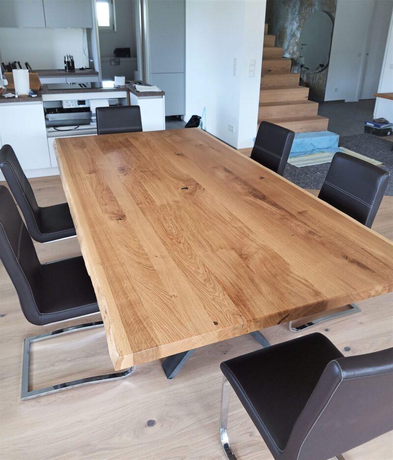 Tisch in massiver Wildeiche mit Baumkante