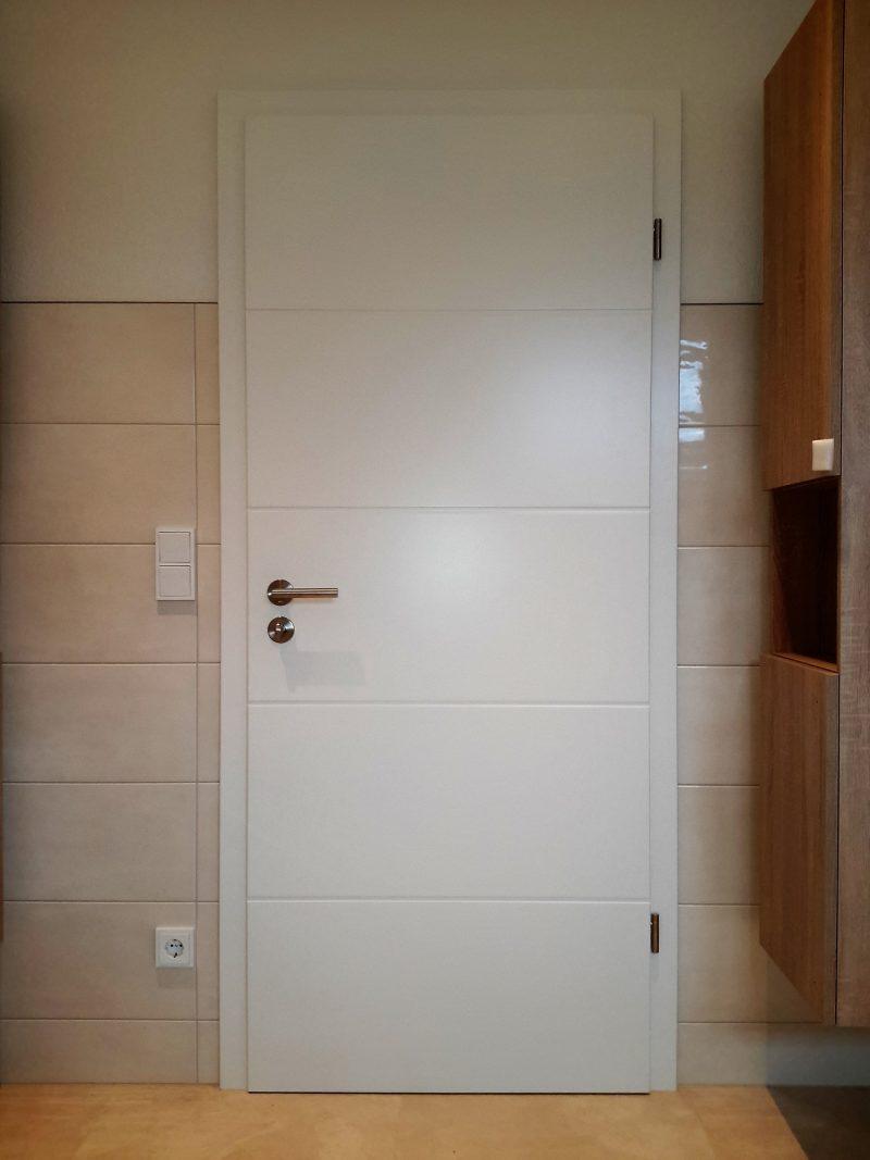 Zimmertüre weiss lackiert mit eingefrässten Querrillen