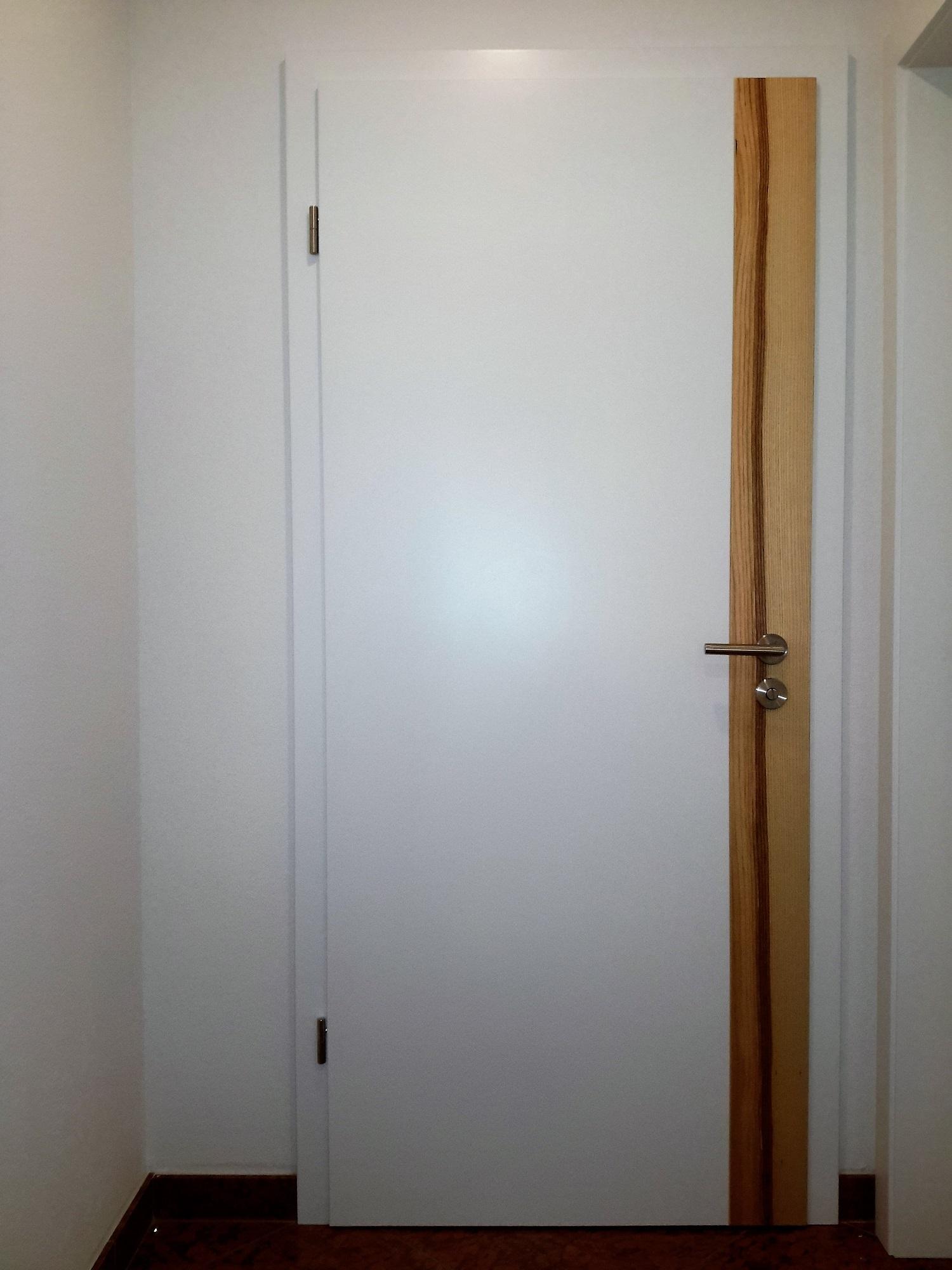Zimmertüre weiß lackiert mit Kernesche Längsstreifen