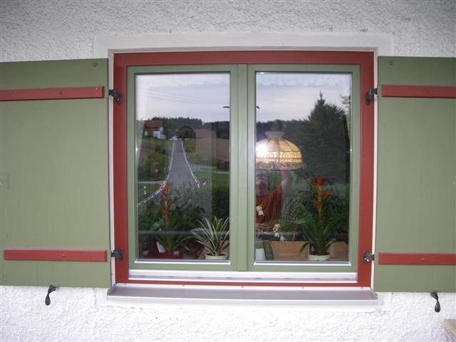 Fichtenfenster gestrichen mit Fensterlaeden