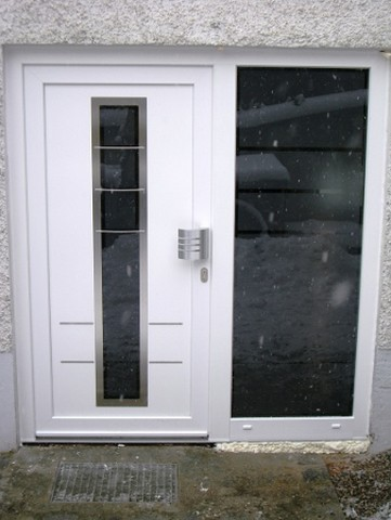 Haustür Kunststoff weiß mit breitem Glaselement