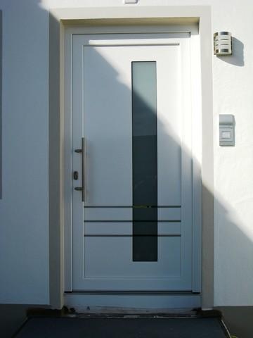 Haustür-Kunststoff in weiß mit horizontalen Streifen Einlegearbeiten