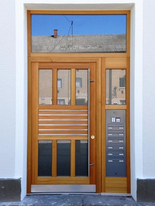 Haustüre in Lärche mit Edelstahl-Lisenen und Briefkastenanlage