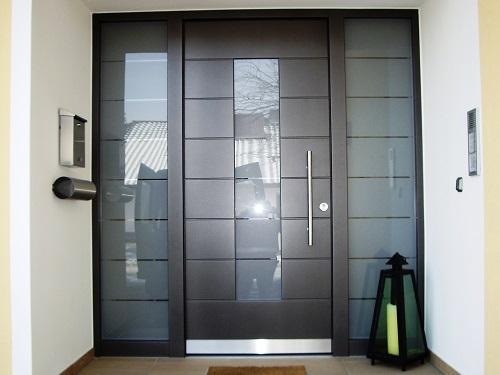 Haustür Aluminium in Antrazit quer Einfräsungen und 3-fach Glas sandgestrahlt