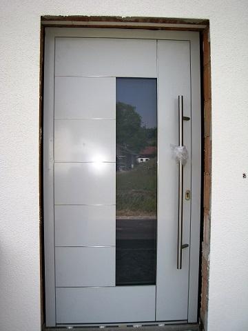 Aluminium Haustüre weiß mit Edelstahlstreifen und schrägem Edelstahl Stoßgriff