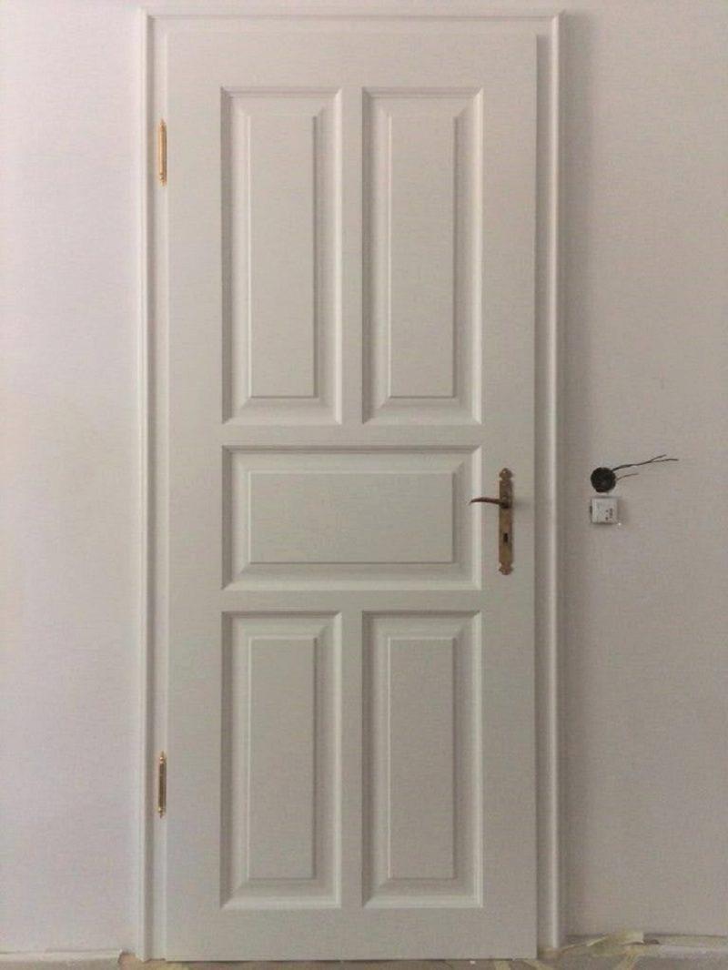 Zimmertür weiß, Kassetten Füllungen mit längs und quer in Rahmenbau, Goldene Bänder
