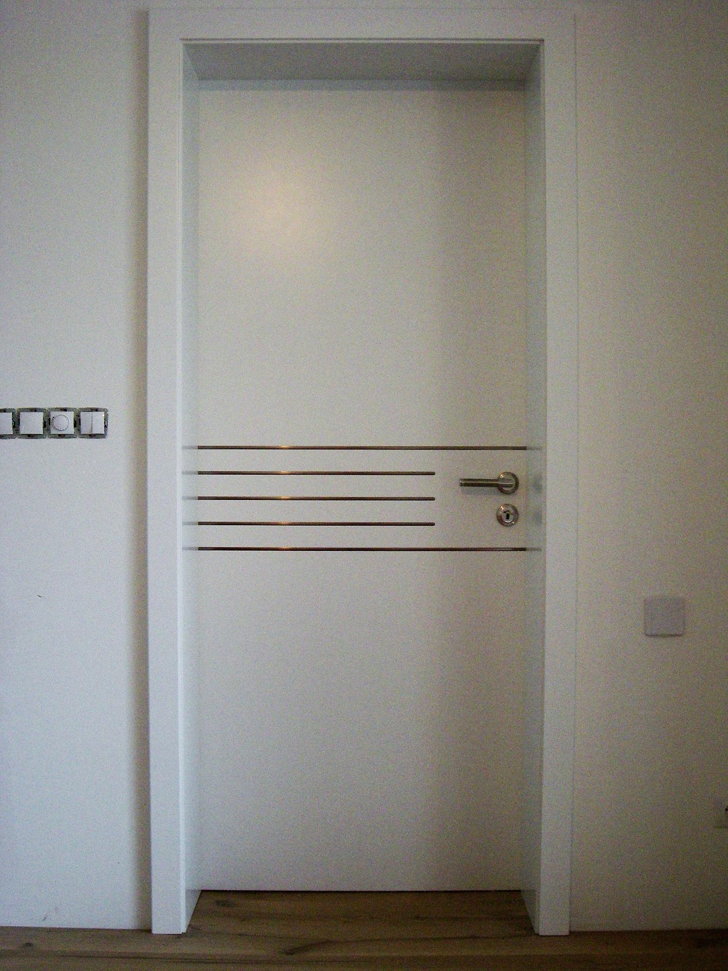 Zimmertüre weiß lackiert mit Rillen in Edelstahl Optik