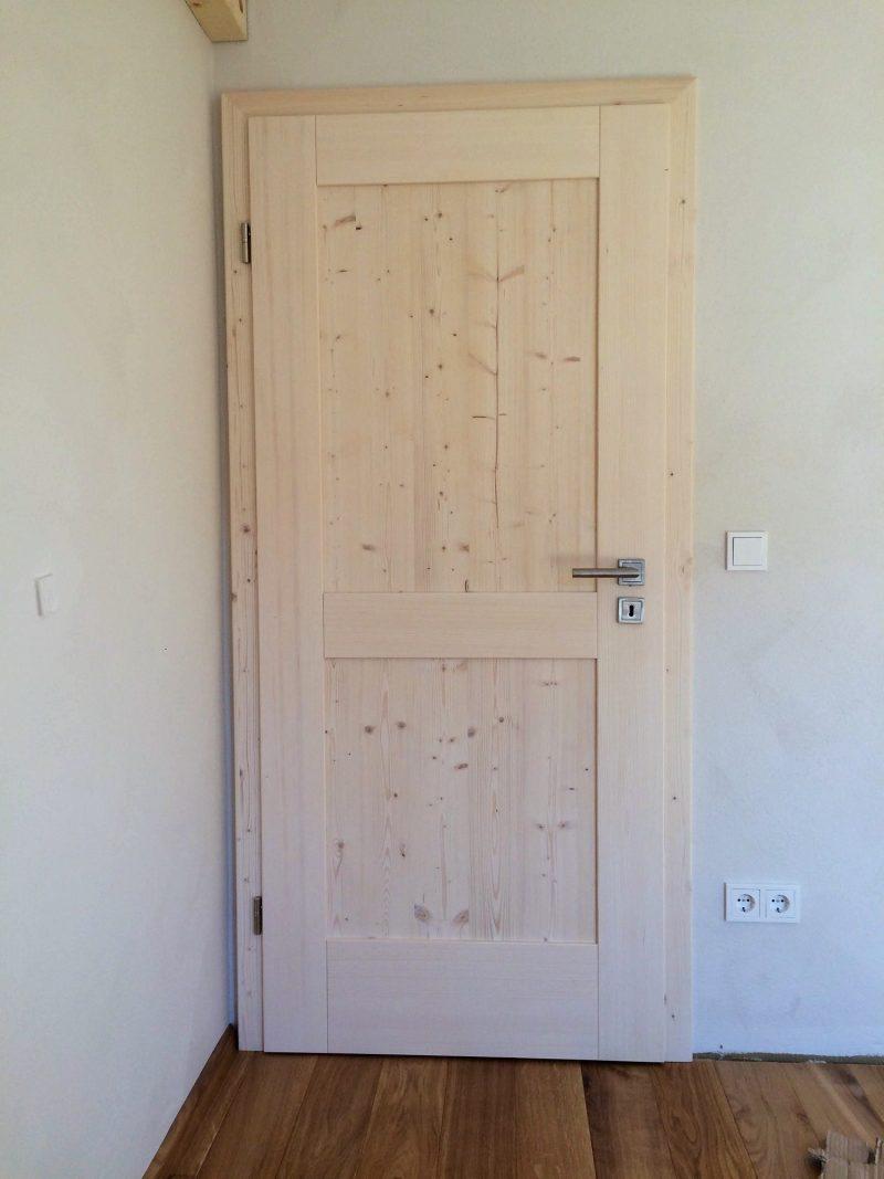 Zimmertür Fichte massiv mit 2 glatten astigen Füllungen, weißlich gebeizt