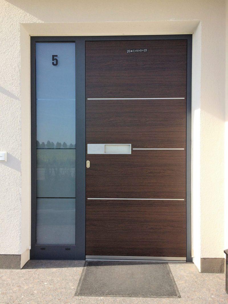 Aluminium Haustür in Holzoptik mit Edelstahlstreifen und Seitenteil sandgestrahlt