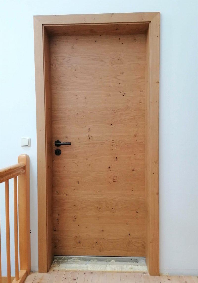 Zimmertür in Asteiche quer in Brettcharakter mit kleinen Ästen, schwarzen Drücker, Zarge in Asteiche