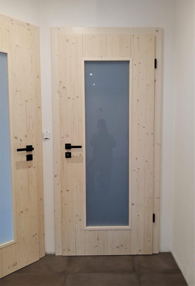 Zimmertür Fichte massiv, weißlich gebeizt mit imitierten Brettern und schwarzen Drücker