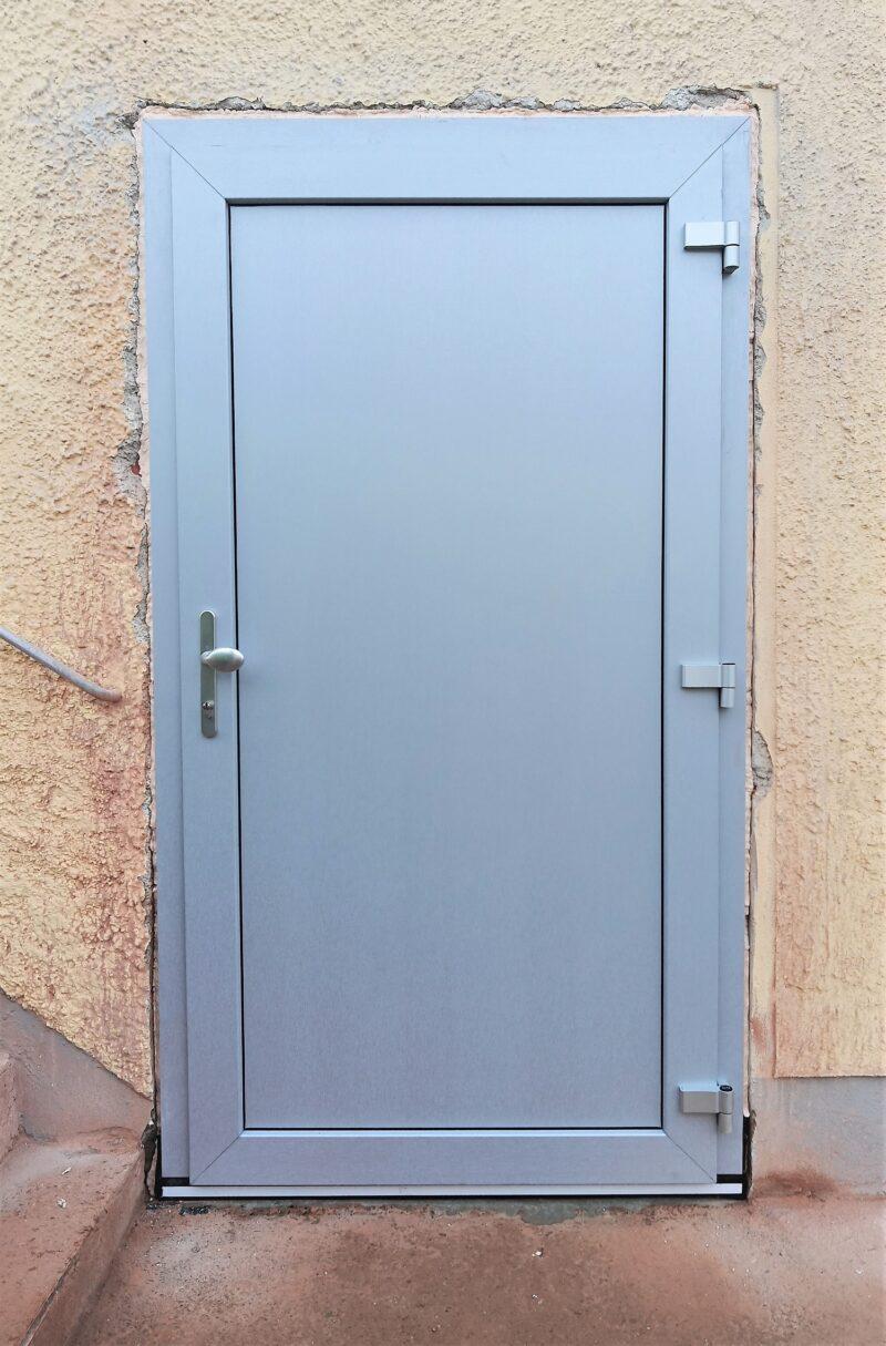 Nebentüre in Alu-silber Dekor mit großer Füllung, Mehrfachverriegelung und Niedriegschwelle