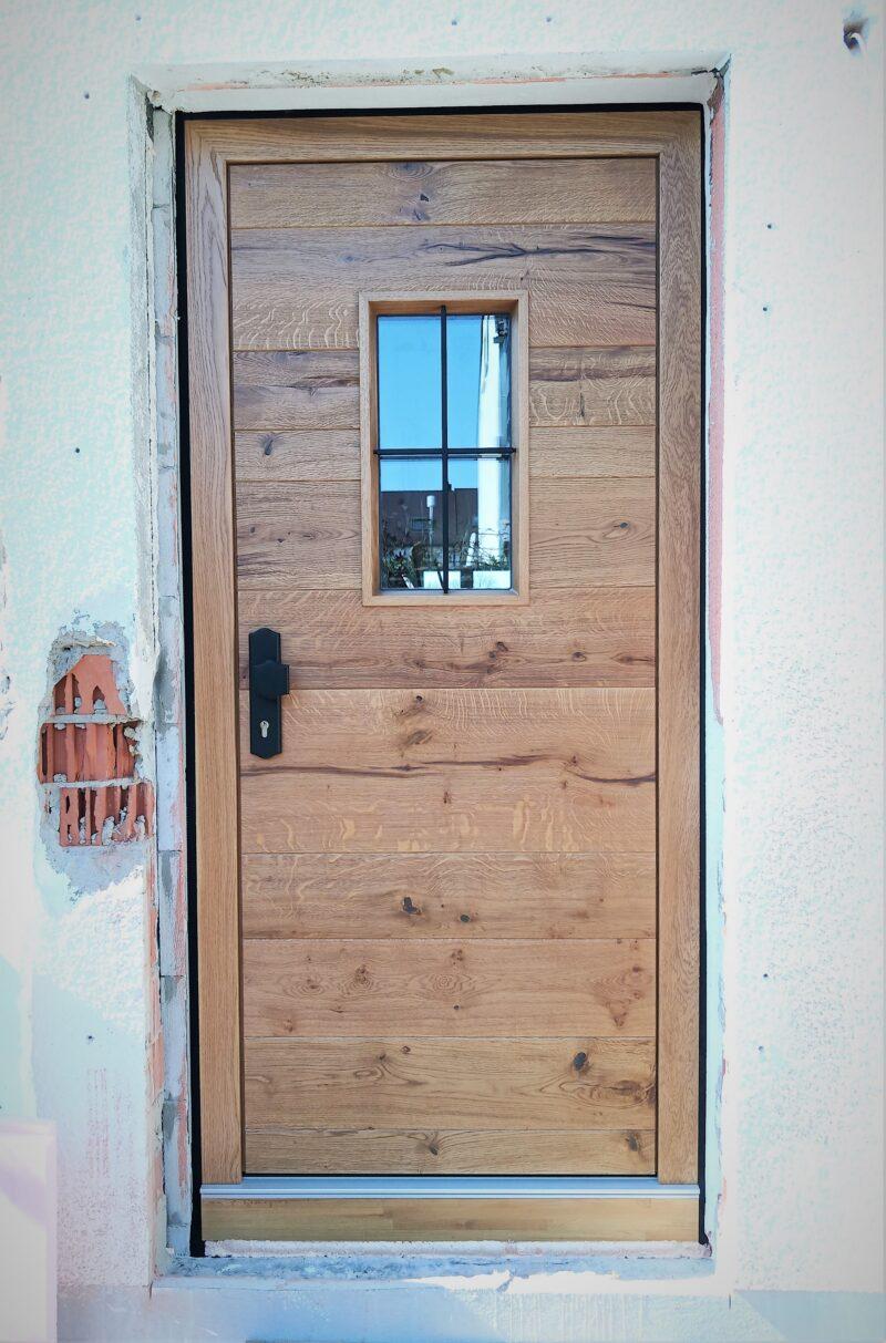 Haustür mit massiven Asteiche (Wild-Eiche) Brettern geölt und schmiedeeisernen Kreuz