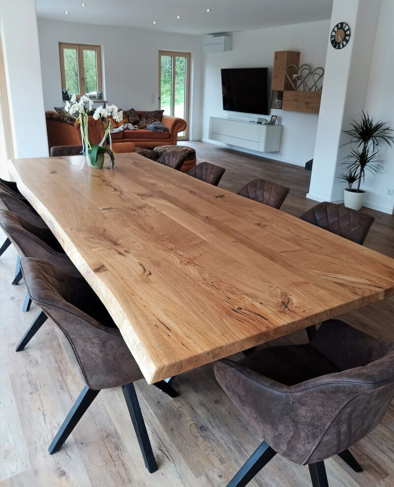 Tisch in massiver Asteiche (wildeiche) mit Baumkante
