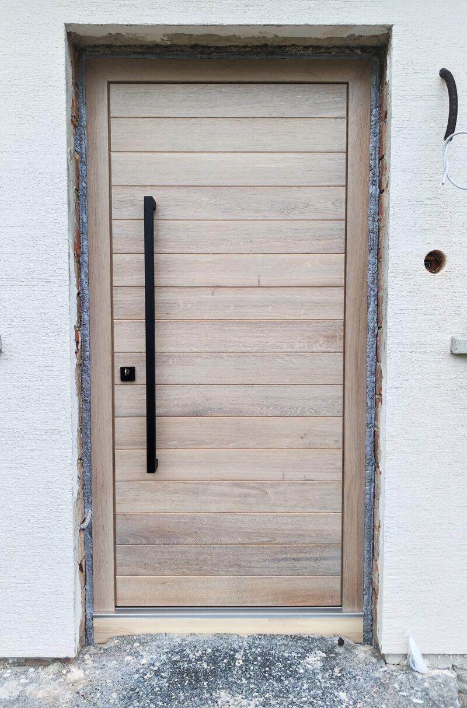 Haustüre im Vintage Look mit massiven Eichen Brettern und schwarzen Stoßgriff