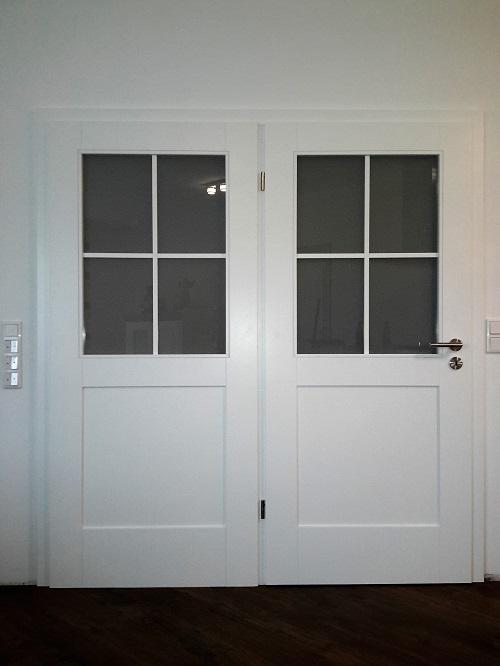 2 Flüglige Innentür weiss lackiert mit glatten Füllungen und Kreuzsprossen