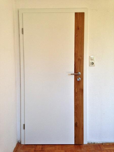 Zimmertuere weiss lackiert mit massiven Asteiche Streifen längs