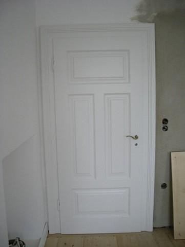 Zimmertür weiss mit längs und quer Kassetten Füllungen in Rahmenbau