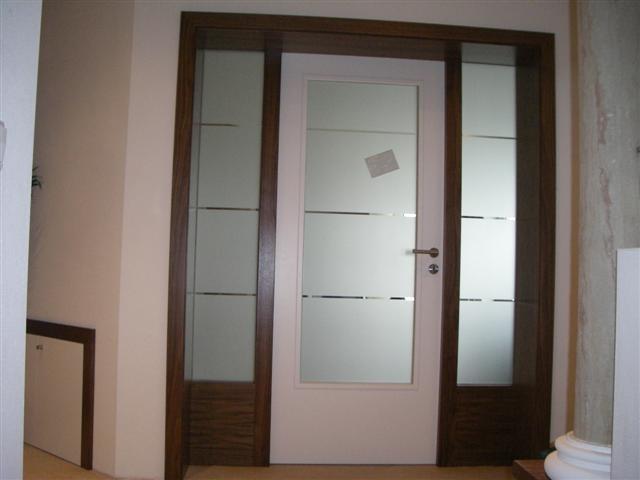 Windfang Türelement als Raumteiler in Nussbaum massiv und weiß lackierter Türe