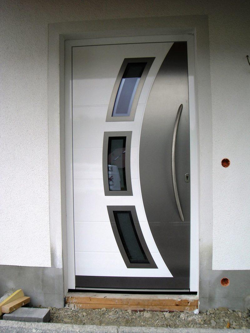 Aluminium Haustür weiß mit Querrillen und Edelstahl Halbmond