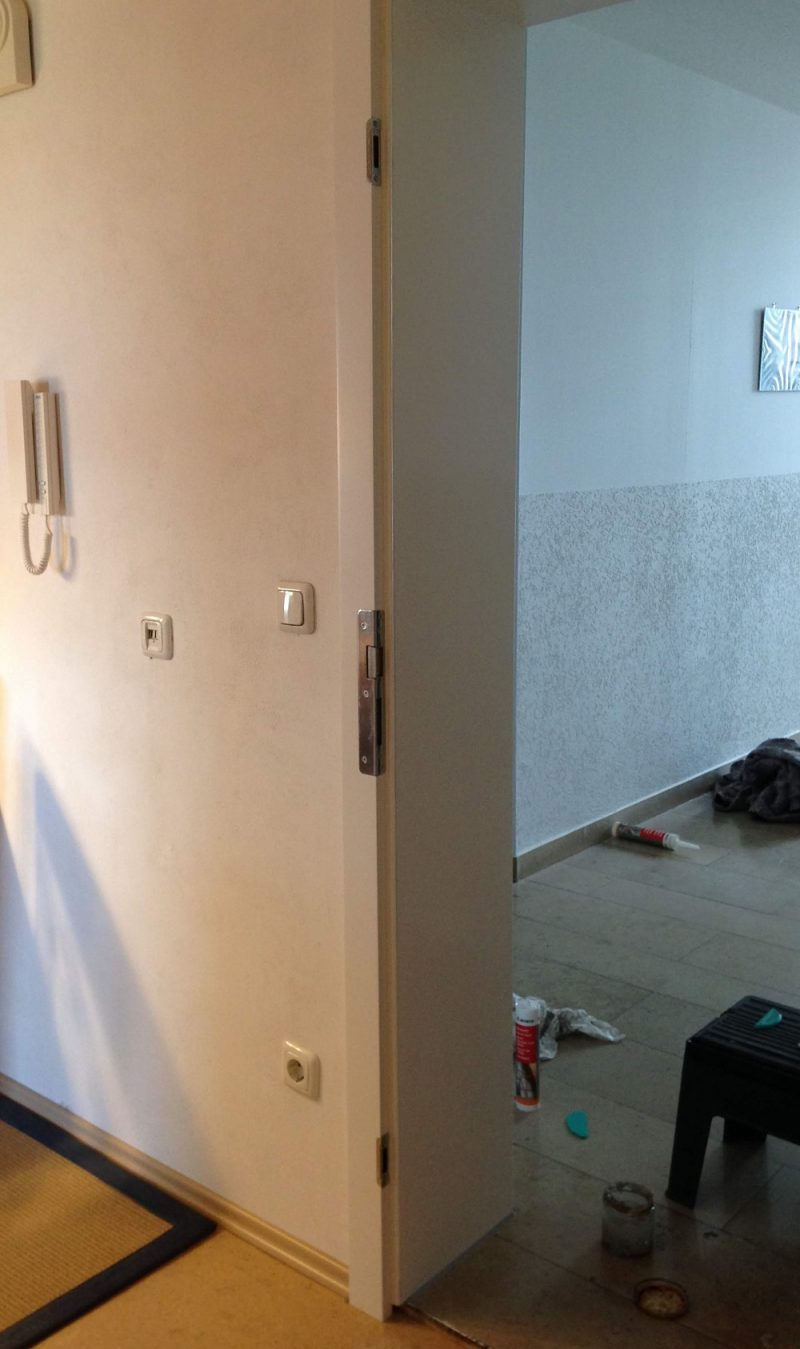 Wohungseingangtüre mit Haustürwinkelschließblech und Bolzenaufnahmen gegen Einbrüche