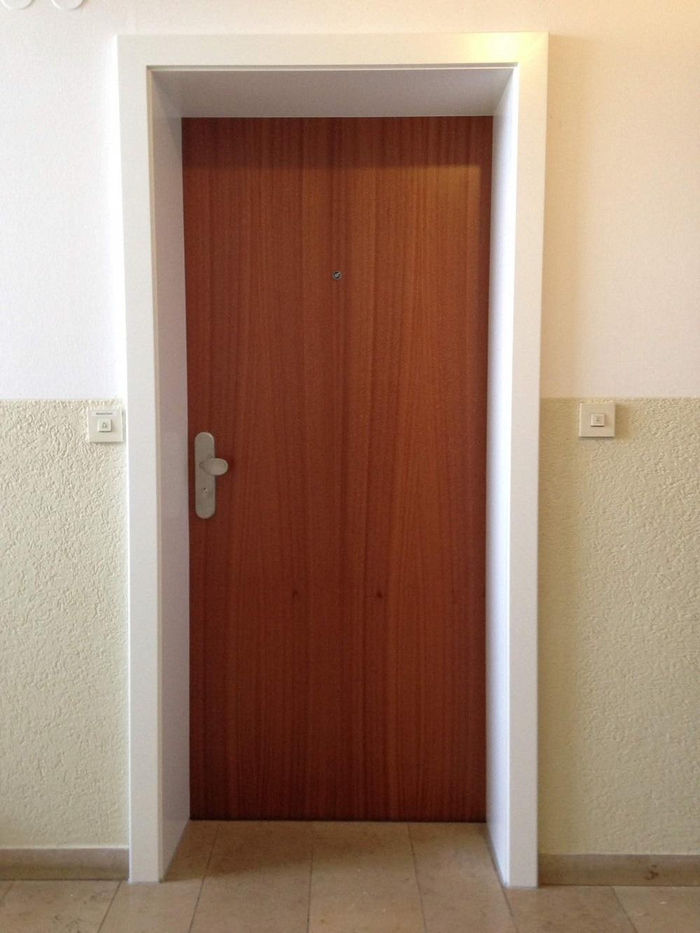 Wohungseingangtüre außen mit Langschild Einbruchs hemmend
