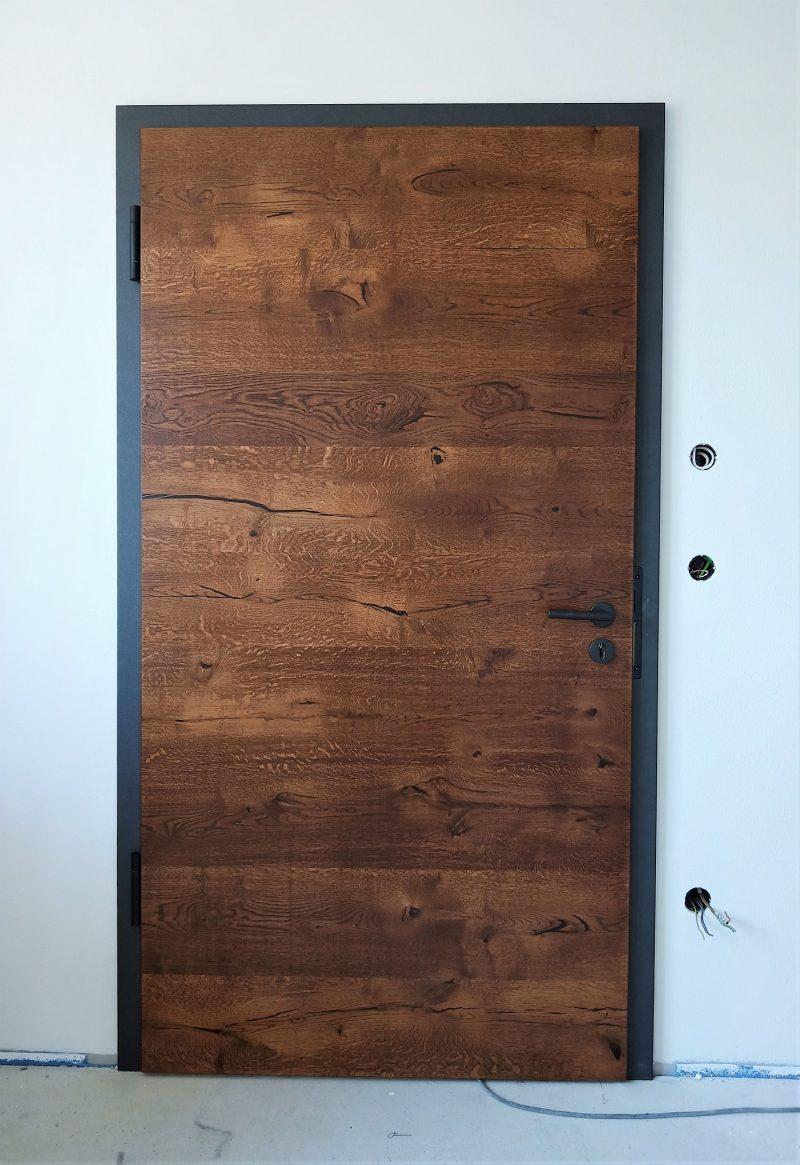Wohungseingangtür mit Riss-Eiche Echtholz Furnier, gebeizt mit anthraziter Zarge